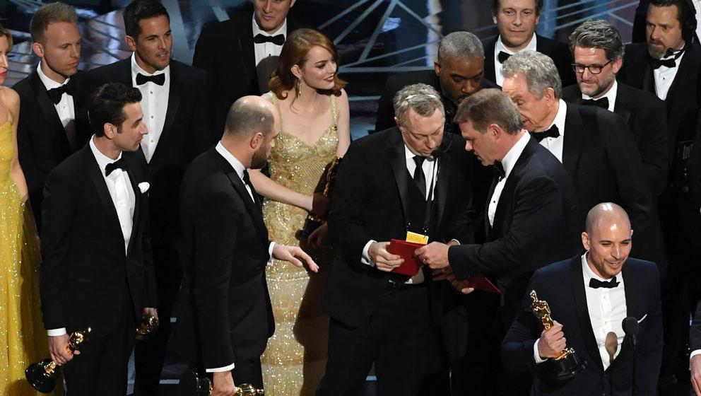"""Sie halten die wichtigste Filmtrophäe der Welt in der Hand. Doch dann stellt sich heraus: Nicht """"La La Land"""" gewinnt den Oscar als bester Film, sondern """"Moonlight"""". So macht sich das im Netz über die peinliche Panne lustig."""