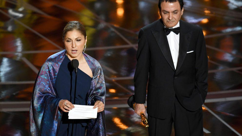 Astronaut Anousheh Ansari (L) und die Ex-NASA-Wissenschaftlerin Firouz Naderi nehmen den Oscar für Asghar Farhadi entgegen