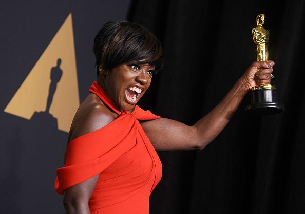 Als erste dunkelhäutige Schauspielerin gewann Viola Davis einen Emmy, einen Tony und nun auch einen Oscar als beste Nebendarstellerin.