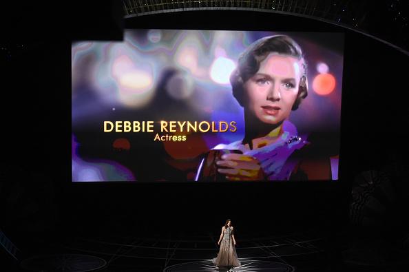 In der Nacht auf Montag (27. Februar) wurden die Oscars 2017 in Los Angeles verliehen. Neben zahlreichen Auszeichnungen gab es auch ein Video, um den zahlreichen Stars zu gedenken, die im vergangenen Jahr gestorben sind.