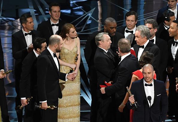 """Faye Dunaway und Warren Beatty kürten bei den Oscars 2017 den falschen """"Besten Film"""" – den Fehler hatten aber andere gemacht. Nun hat sich die Academy in einer offiziellen Stellungnahme entschuldigt."""