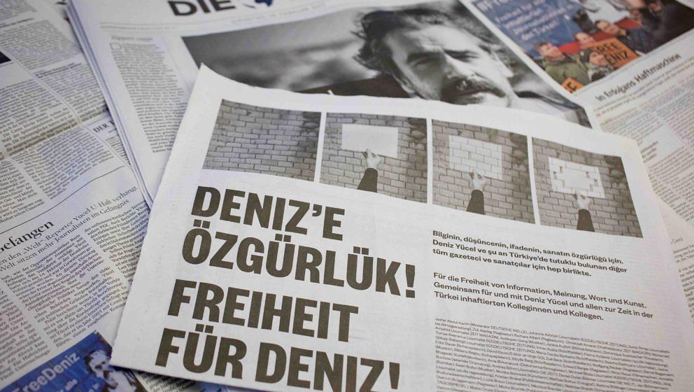 ILLUSTRATION- Eine Anzeige für die Freilassung des «Welt»-Korrespondenten Deniz Yücel ist am 28.02.2017 in Berlin in me