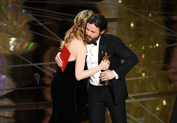 """Cassey Affleck gewann bei den Oscars 2017 den Preis als """"bester Hauptdarsteller"""". Nun ist aber die unterkühlte Reaktion von Brie Larson auf den Sieg ihres Kollegen das heiß diskutierte Thema."""