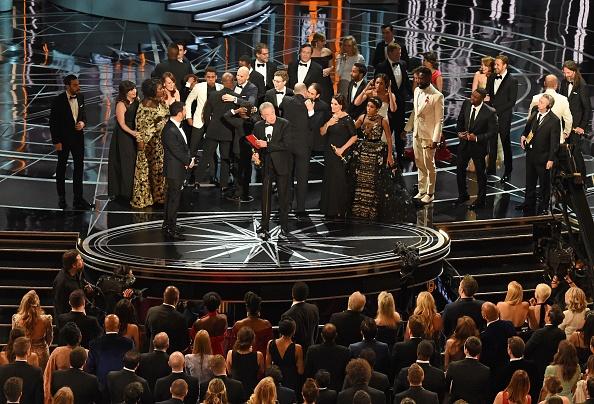 Weil Kofferträger Brian Cullian bei den Oscars 2017 den Laudatoren den falschen Umschlag überreichte, kam es zu einer peinlichen Verwechslung – die kostete ihn und seine Kollegin Martha J.Ruiz nun den Job.