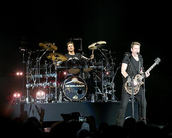 Dreister Betrug: Ein Mann hat sich als Daniel Adair, den Schlagzeuger von Nickelback, ausgegeben und unter diesem Namen Musik-Zubehör im Wert von 25.000 US-Dollar (rund 23.700 Euro)bestellt.
