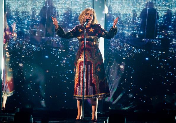 """Überraschungs-Besuch bei einem Konzert von Adele im australischen Perth. Bei ihrem Song """"Rumour Has It"""" holte die Sängerin eine Drag-Künstlerin auf die Bühne, die als professionelles Adele-Double arbeitet."""