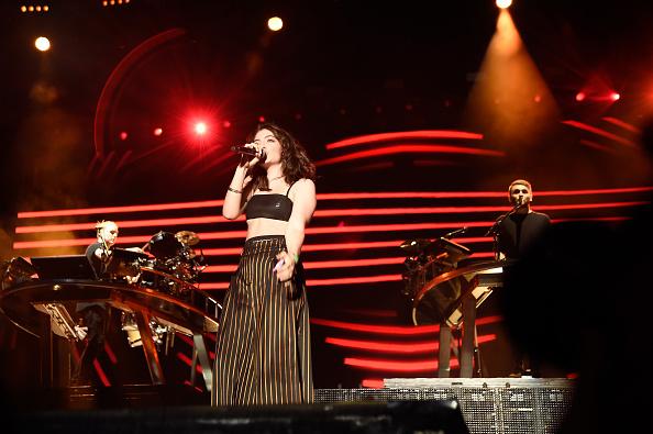 """Nach knapp vier Jahren Pause hat sich Lorde am Donnerstag (02.März) mit ihrer neuen Single """"Green Light"""" zurückgemeldet – die kündigt auch ihre zweite Platte """"Melodrama"""" an, die noch diesen Sommer erscheinen soll."""