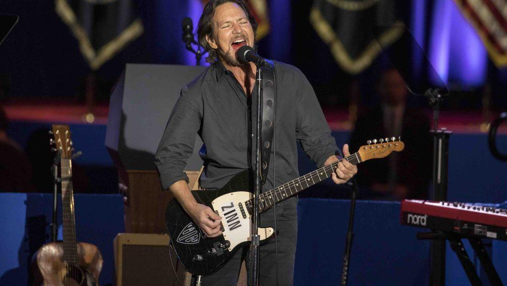 CHICAGO, IL - JANUARY 10:  Eddie Vedder performs the Patti Smith cover 'People Have the Power' with the Chicago Childrens Cho