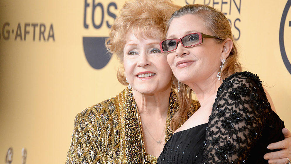 LOS ANGELES, CA - JANUARY 25:  Actresses Debbie Reynolds (L) and Carrie Fisher pose in the press room at the 21st Annual Scre