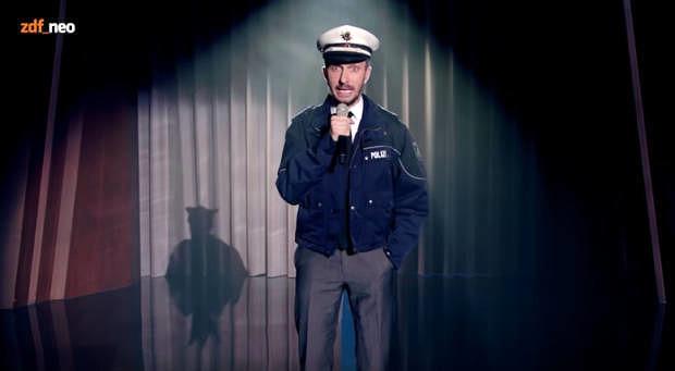 Jan Böhmermann in Polizistenkluft