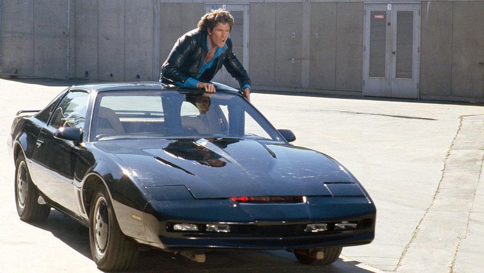 David Hasselhoff als Michael Knight mit seinem Auto K.I.T.T.