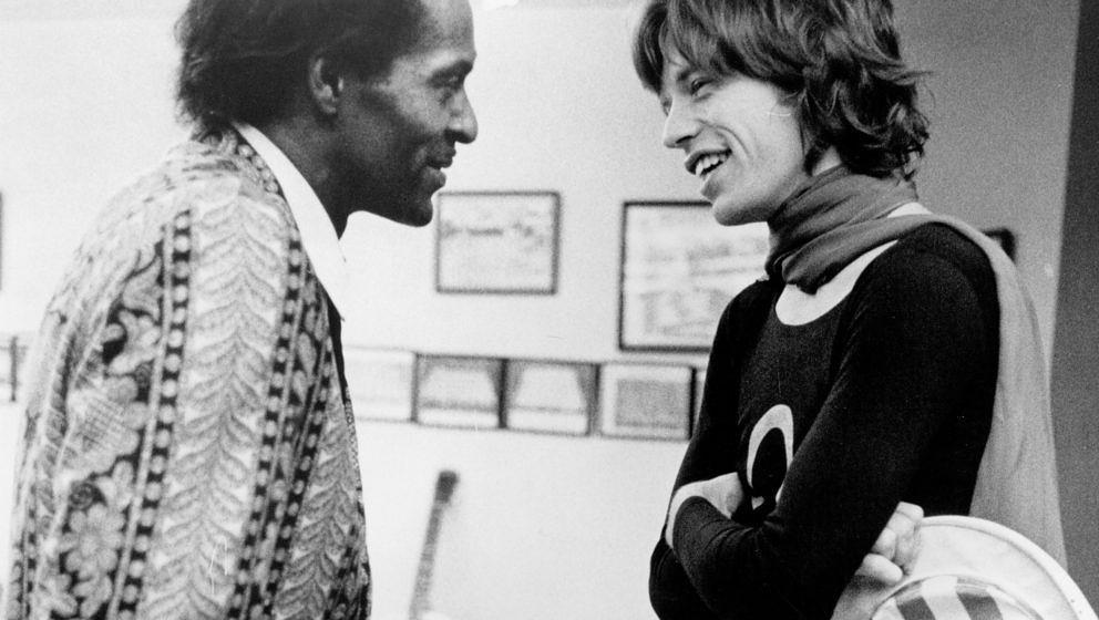Mick Jagger von den Rolling Stones unterhält sich Backstage mit Chuck Berry (1969)
