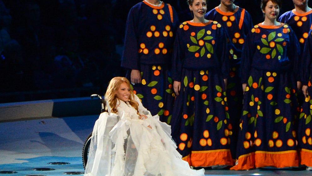 ARCHIV - Die im Rollstuhl sitzende Sängerin Julia Samoilowa tritt am 07.03.2014 in Sotschi (Russland) bei der Eröffnungsfei