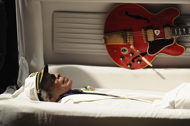 Nicht ohne seine Gitarre: Chuck Berry liegt in seinem Sarg aufgebahrt