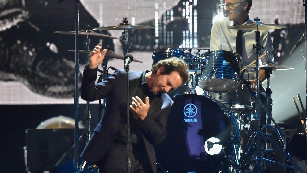 Eddie Vedder und Dave Krusen von Pearl Jam live bei der Einführung in die Rock'n'Roll Hall Of Fame