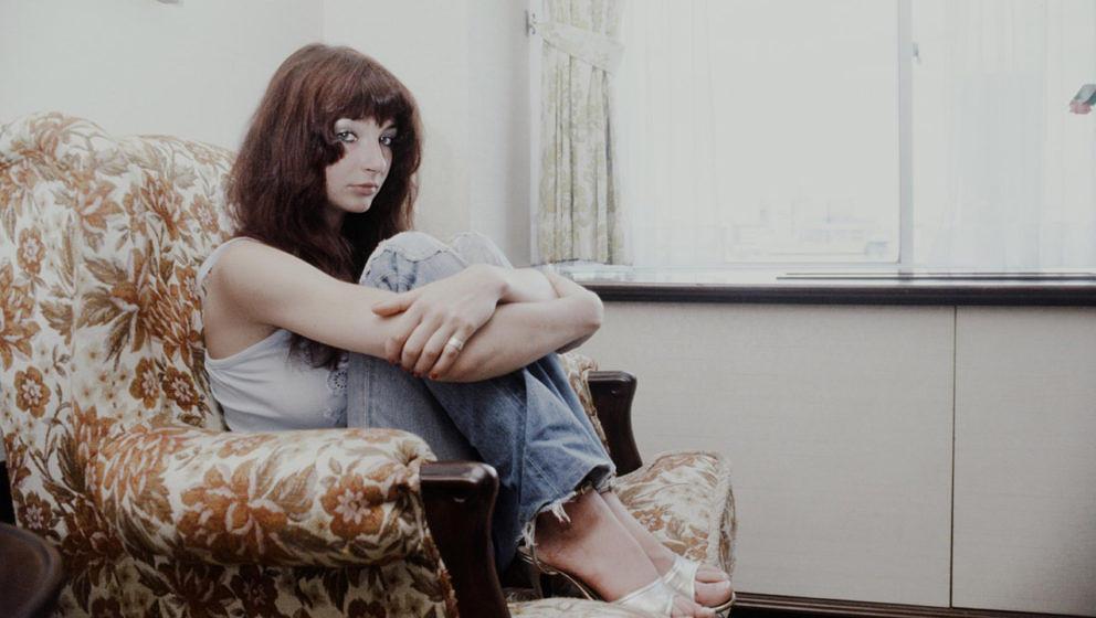 Eine junge Kate Bush entspannt sich 1978 in einem Hotelzimmer