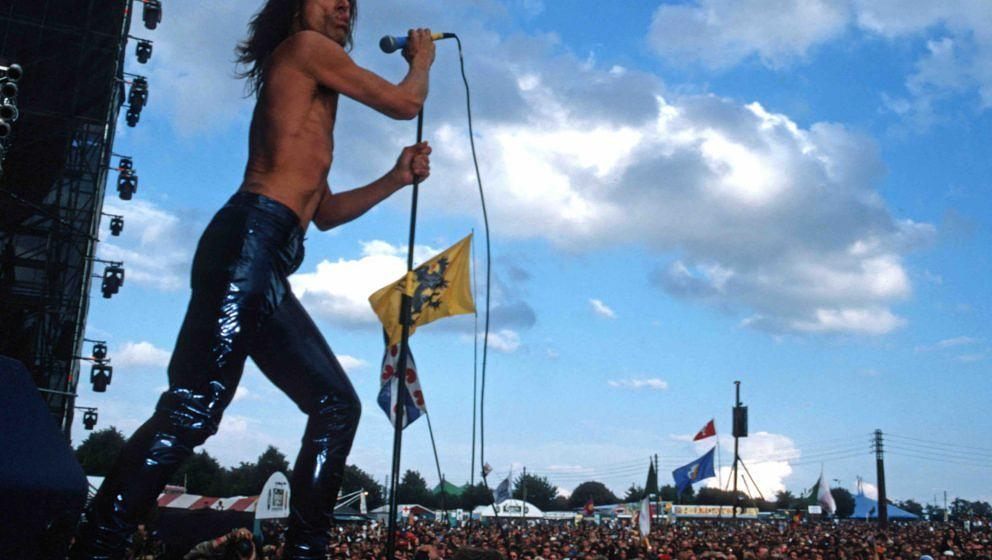 ROSKILDE, DENMARK - JUNE 25: Iggy Pop performs on stage at Roskilde Festival on June 25th 1998 in Denmark. (Photo by Bernd Mu