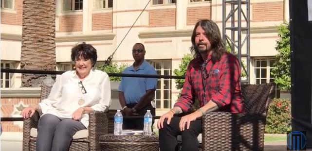 """Dave Grohl beim Interview mit seiner Mutter, Virginia Hanlon Grohl, während des """"L.A. Times Festival of Books"""" am vergan"""