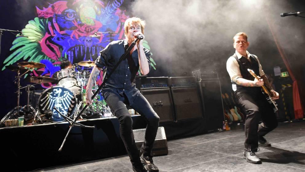 Der Sänger Campino (l) und Girarrist Andreas von Holst (r) von der Band 'Die Toten Hosen' treten 05.05.2017 in Köln (Nordrh