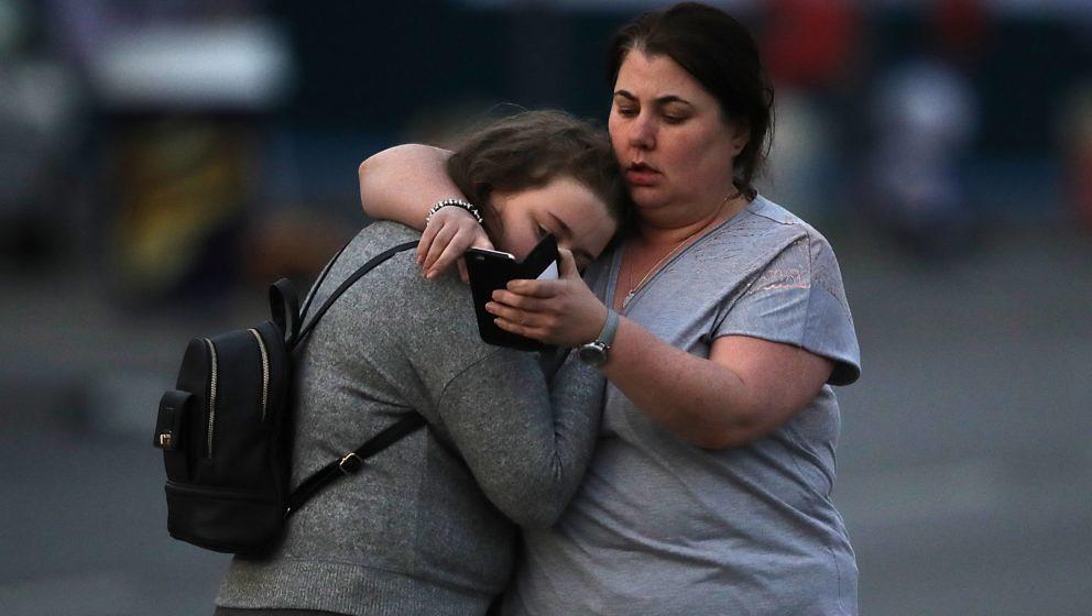Zwei Mädchen trösten sich gegenseitig nach dem Anschlag in Manchester auf Besucher eines Konzerts von Ariana Grande