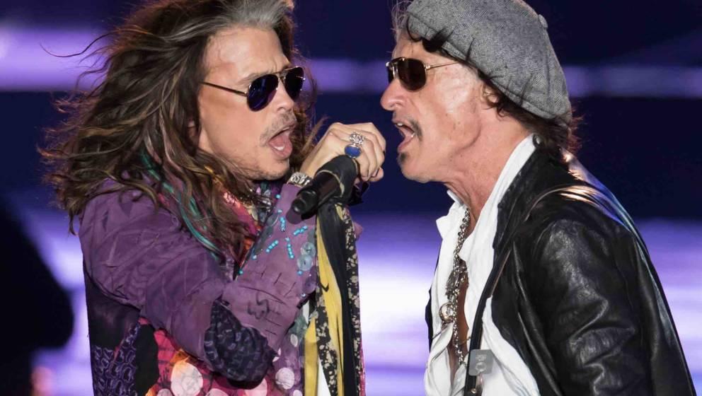 Sänger Steven Tyler (l) und Gitarrist Joe Perry von der amerikanischen Rockband Aerosmith stehen am 26.05.2017 in München (