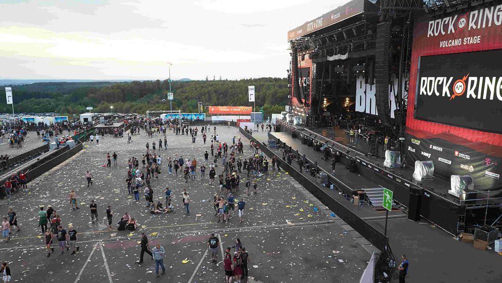 Festivalbesucher verlassen das Gelände von 'Rock am Ring'