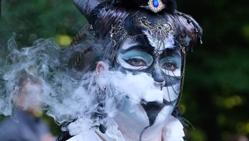 Eine Teilnehmerin des Wave-Gotik-Treffens (WGT) raucht am 02.06.2017 beim Viktorianischen Picknick im Clara Zetkin-Park in Le