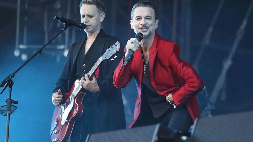 Der Frontmann der britischen Elektronikband Depeche Mode, Dave Gahan (r), und der Gitarrist der Band Martin Gore treten am 18