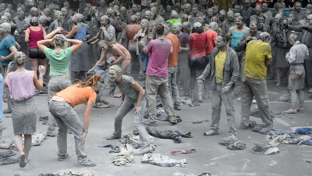 Protesters smeared with clay demonstrate during the art action '1000 Gestalten' on July 5, 2017 in Hamburg, northern Germany,