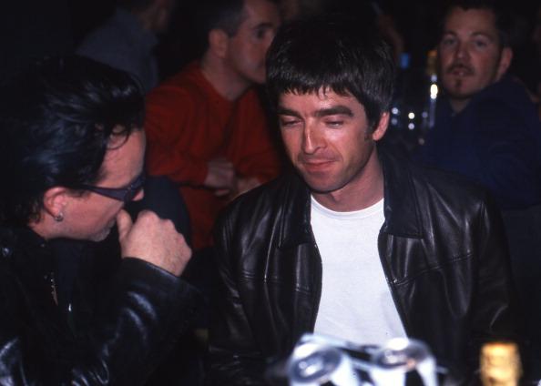 """Sangen in London zusammen """"Don`t Look Back In Anger"""" :Bono von U2 (l.) und Noel Gallagher von Oasis im Jahr 1995."""