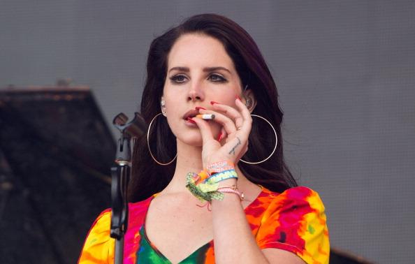 """Lana Del Rey raucht während ihres Azftritts auf dem""""Glastonbury Festival"""" 2017."""