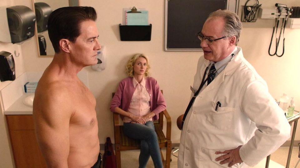 Dougie Jones wird vom Arzt undtersucht und von seiner Ehefrau lüstern beäugt