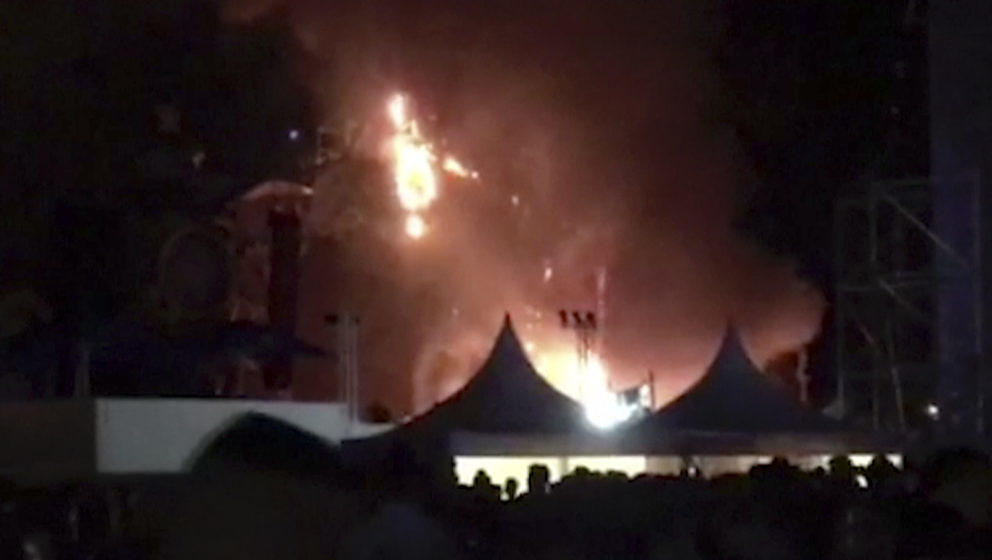 Feuer auf einer Bühne während des Tomorrowland-Festivals