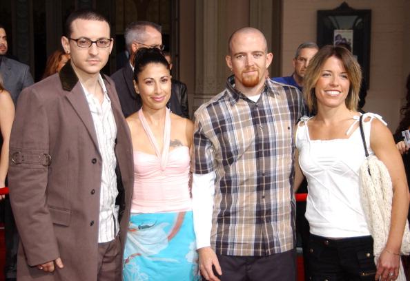 Chester Bennington (l.) mit seiner Ex-Frau Samantha, Phoenix und einer unbekannten Begleitung im Jahr 2003.