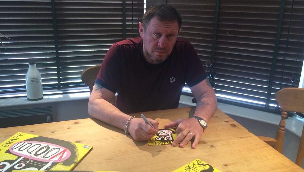 Auch wenn es zunächst nicht so aussieht: Shaun Ryder hat sehr gerne für euch Autogramme gegeben