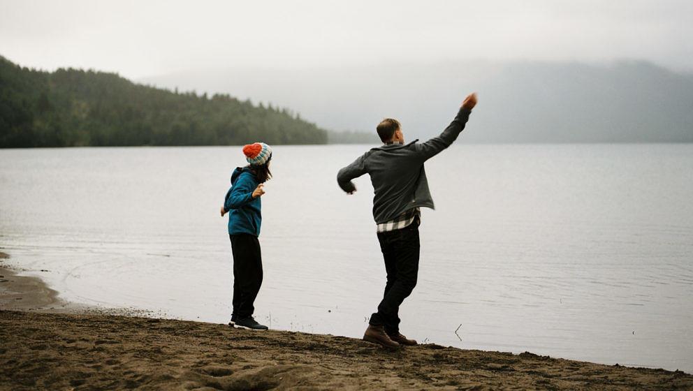 """Michael (Georg Friedrich) und sein Sohn Luis (Tristan Göbel) am See - eine Szene aus """"Helle Nächte"""""""