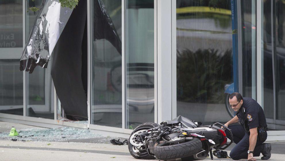 Ein Polizist untersucht Vancouver (Kanada) das Motorrad der verstorbene Stuntfrau.