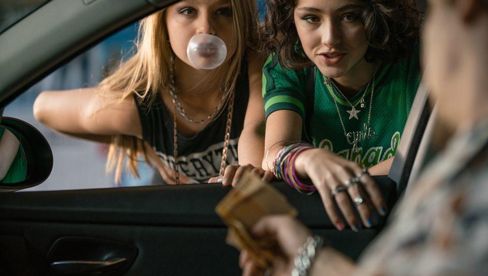 """Nini (Flora Li Thiemann) und Jameelah (Emily Kusche) in einer Szene aus """"Tigermilch"""""""
