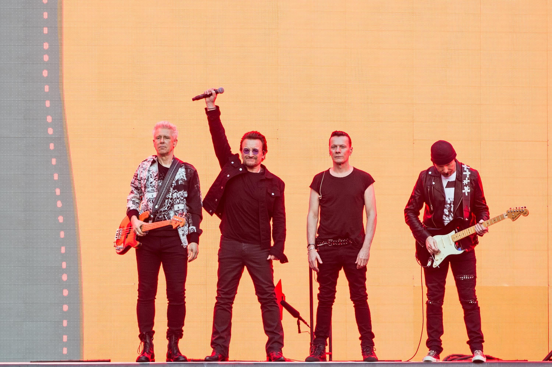 Adam Clayton (L) , Bono, Larry Mullen Jr. und The Edge von U2