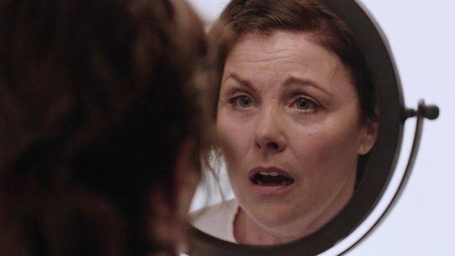 """Audrey Horne (Sherilyn Fenn) schaut in der 16. Episode von """"Twin Peaks"""" verängstigt in einen Spiegel"""