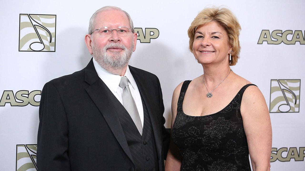 """Alf Clausen mit seiner Ehefrau Sally im Jahr 2015 bei den """"30th Annual ASCAP Film & Television Music Awards"""""""