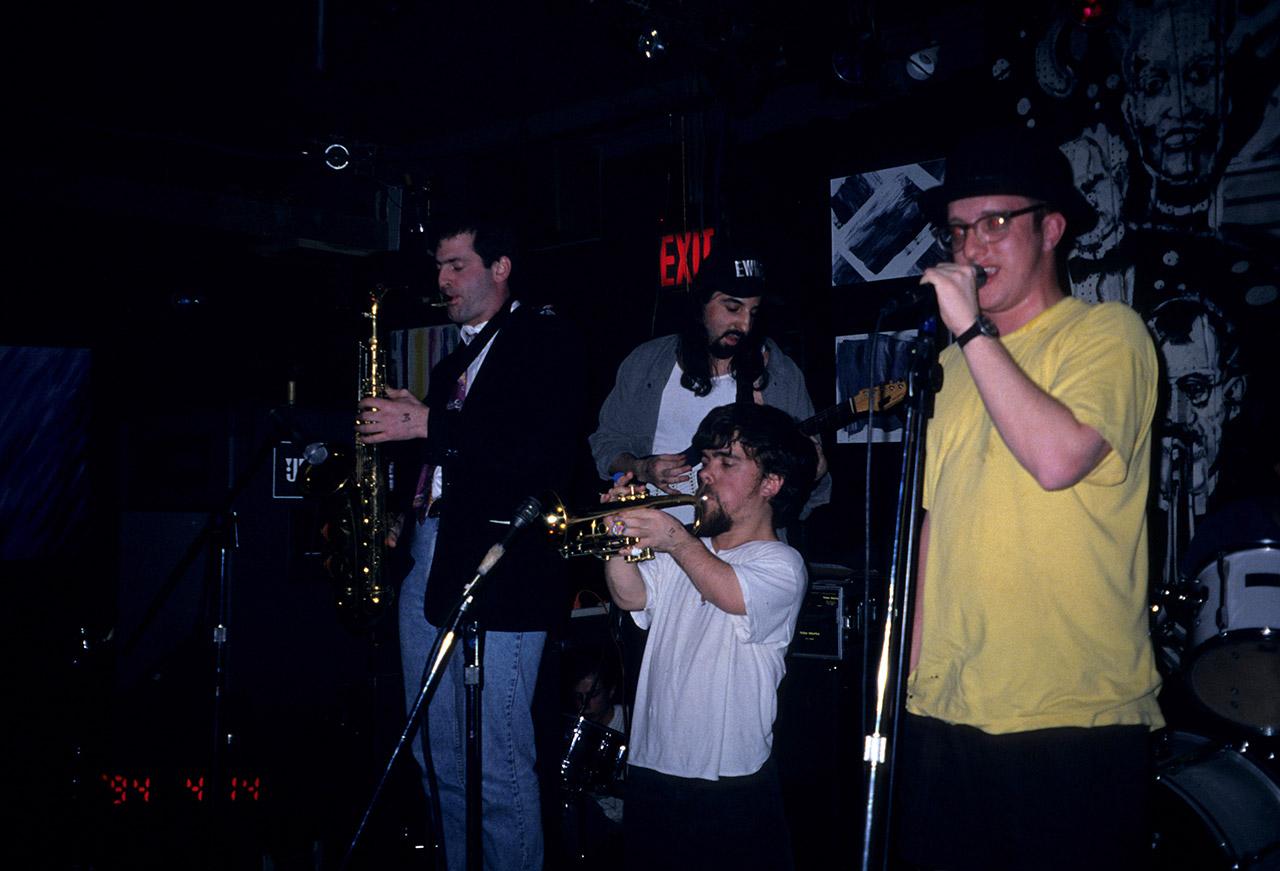 Peter Dinklage im Jahr 1994 mit seiner Band Whizzy