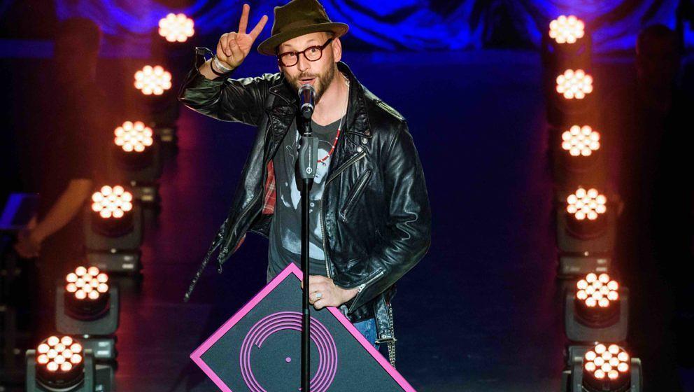Arnim Teutoburg-Weiß nimmt den Preis als 'Lieblingsband' am 08.09.2017 bei der Verleihung des Preises für Popkultur des 'Ve