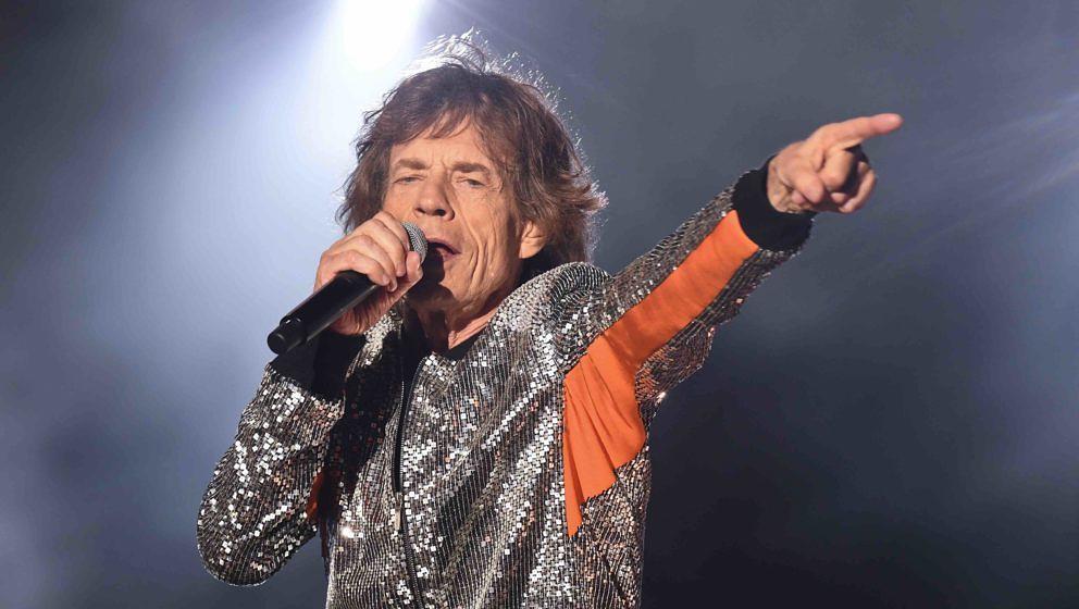 Mick Jagger steht am 09.09.2017 im Stadtpark in Hamburg beim Start der Rolling Stones-Europatour «Stones - No Filter» auf d