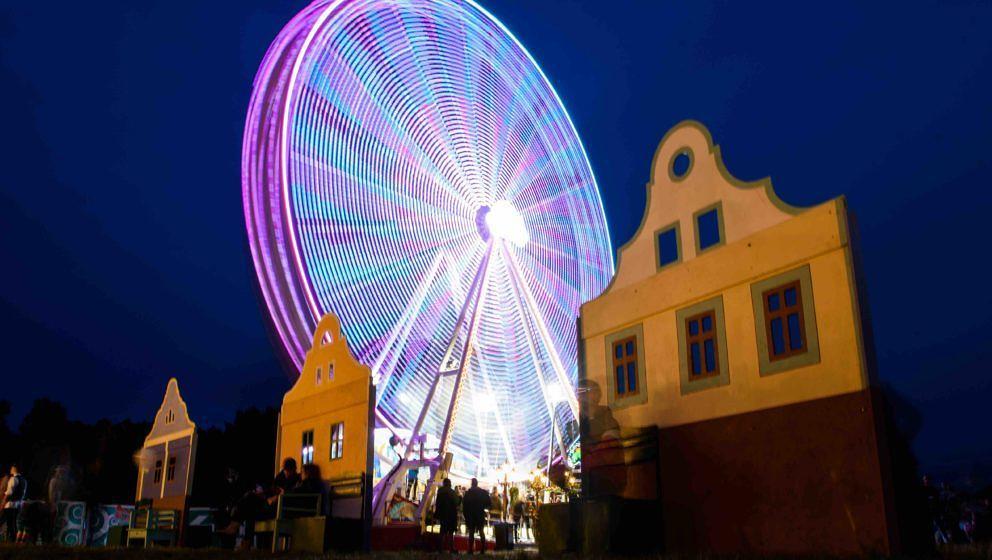 Ein Riesenrad dreht sich am 09.09.2017 in Hoppegarten (Brandenburg) auf dem Lollapalooza Festival auf der Rennbahn Hoppegarte