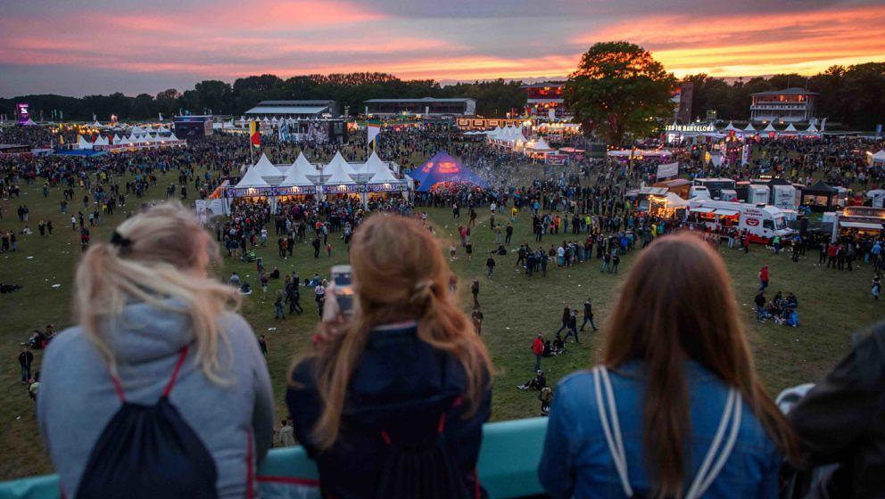 Festivalbesucher betrachten am 09.09.2017 in Hoppegarten (Brandenburg) auf dem Lollapalooza Festival auf der Rennbahn Hoppega