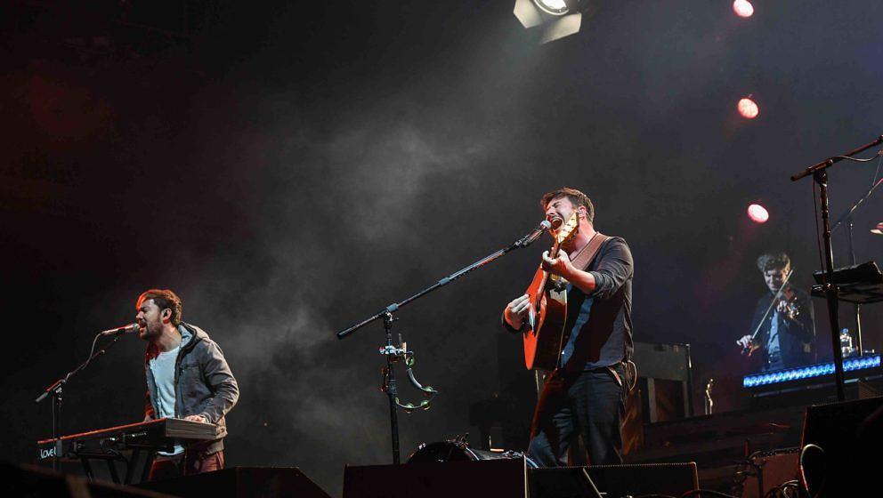 Die britische Folk-Rock-Band Mumford & Sons mit Sänger und Gitarrist Marcus Mumford (M) tritt am 09.09.2017 in Hoppegart