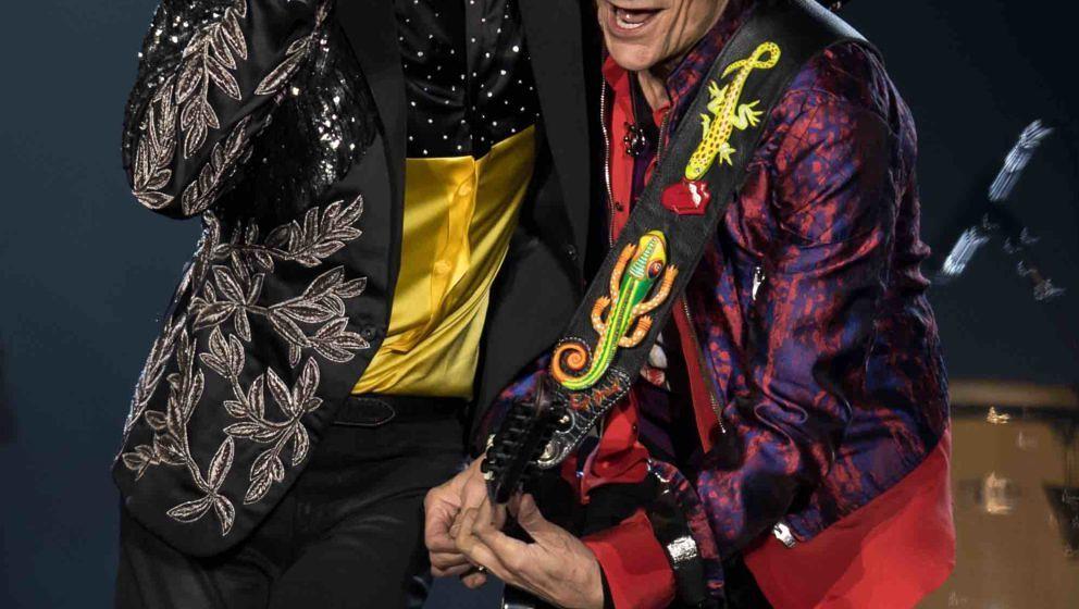 Sänger Mick Jagger (l) und Gitarrist Ron Wood von der britischen Band 'The Rolling Stones' stehen am 12.09.2017 im Olympiast
