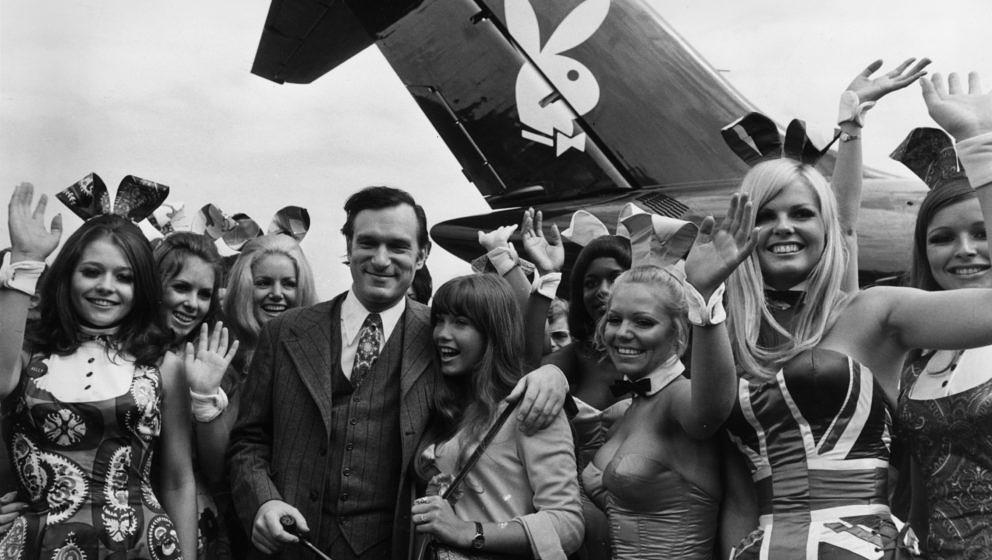 Hugh Hefner, American editor, publisher and founder of Playboy magazine, and his girlfriend Barbi Benton are welcomed by 'Bun