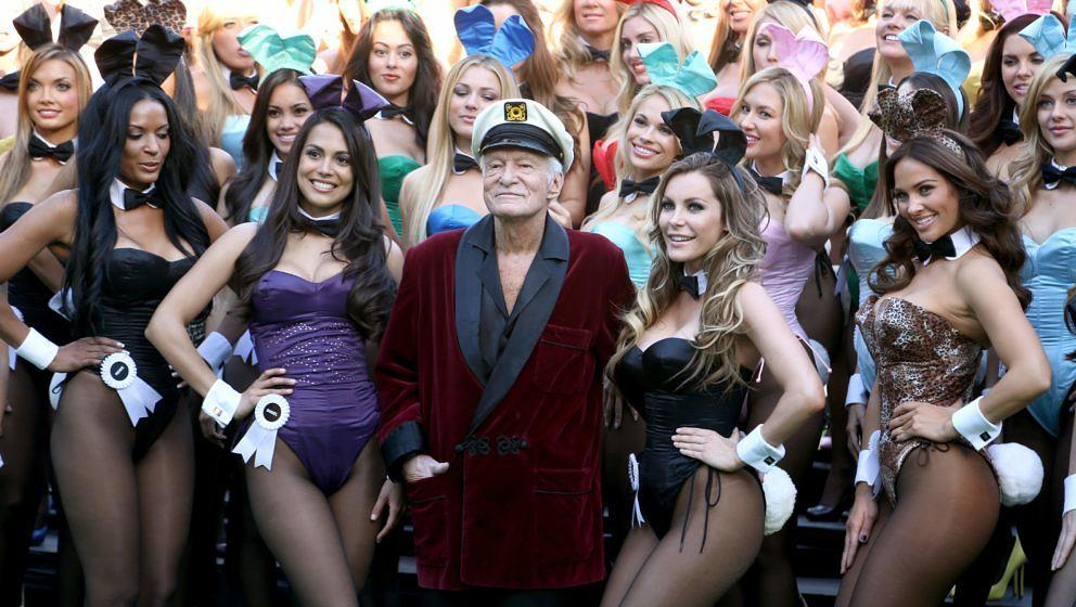 LOS ANGELES, CA - JANUARY 16:  Hugh Hefner (C) poses with Playboy Bunnies Playmate of the Year 2013 Raquel Pomplun (2nd L) an